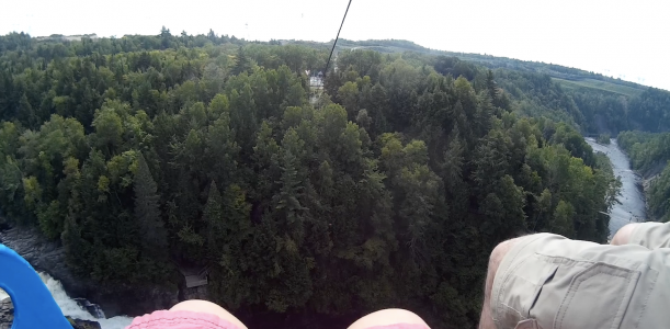 VIDÉO | Une chute de 90 mètres!